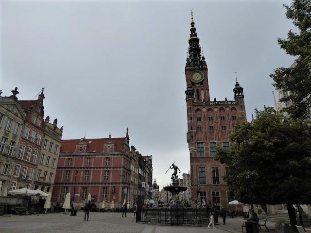 fontana del nettuno e municipio nel mercato lungo di danzica