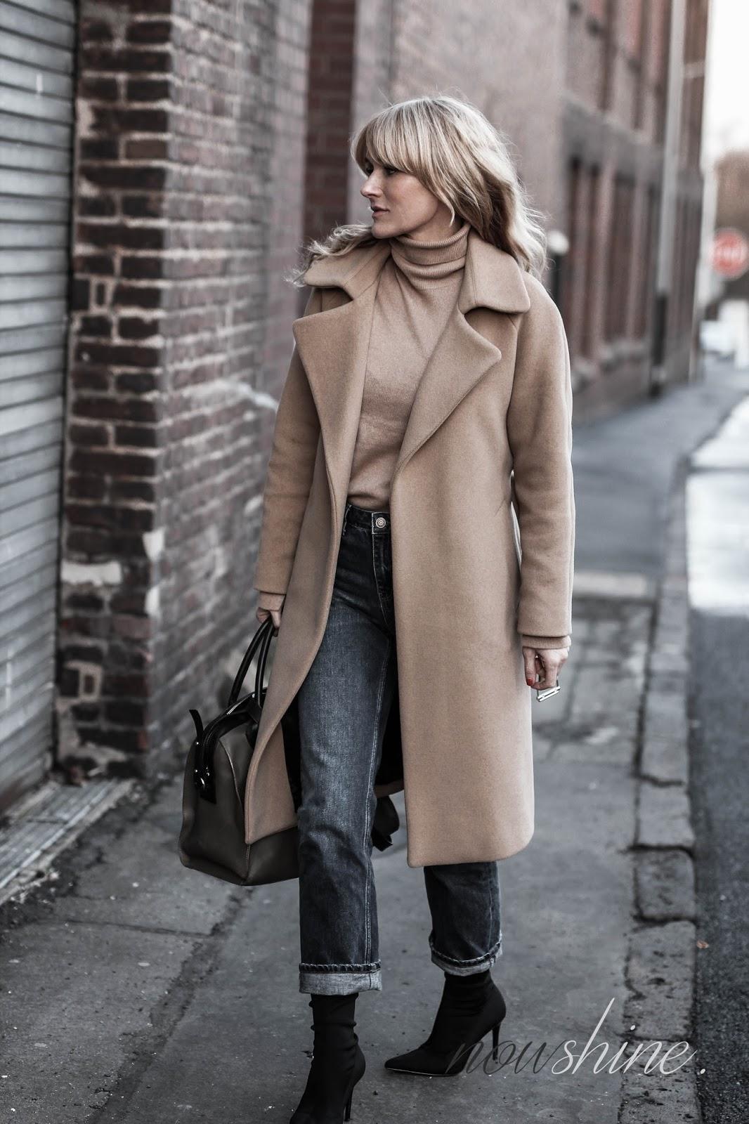ü4o Bloggerin Nowshine trägt einen Mantel in Camel dazu Jeans und Sockboots