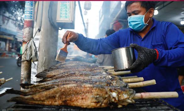 Quầy bán cá lóc nướng trui ngày mồng 10 trên đường phố Sài Gòn