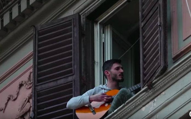 Giữa những ngày tháng cách ly, người Ý đồng loạt hát vang trên ban công