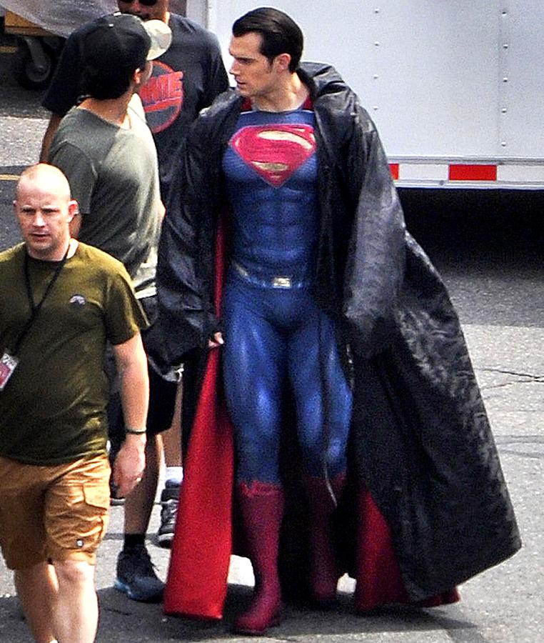 Henry Cavill pe platourile de filmare ale producţiei Batman V Superman: Dawn Of Justice