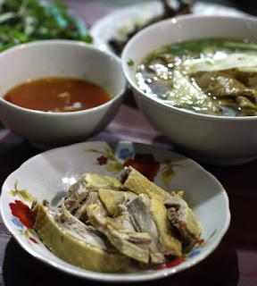 4. Bún ngan và chả ngan nướng ở vỉa hè phố Hàng Bông (gần ngã tư Phủ Doãn, Hà Nội)