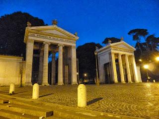 Entrada da Villa Borghese de noite