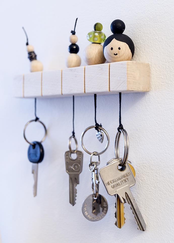 Schlüsselboard aus Holz man dem verschiedene Schlüssel hängen