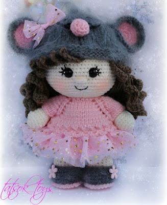 Вязаная кукла в костюме мышки