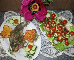 Menkė su žaliuoju sviestu ir žaliomis salotomis