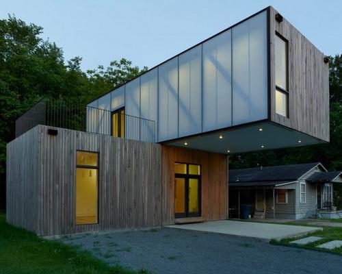 Rumah Kubus Bertingkat Prefabrikasi Lalu Diputar Setelah Dipasang di Situs