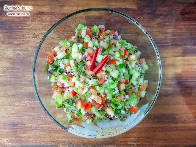 Летний салат с дуболистным салатом