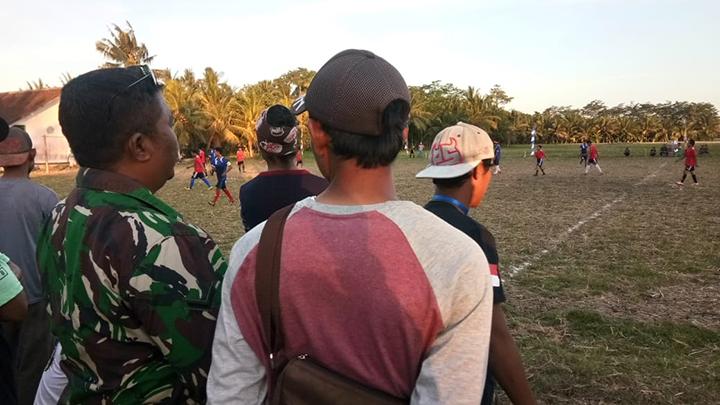 Anggota Satgas TMMD, Amankan Pertandingan Sepak Bola di Desa Cimrutu