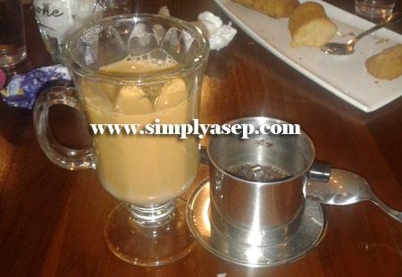 SUSU : Vietnam drip coffee yang sudah diaduk aduk warnanya menjadi kopi susu pada umumnya. Tapi begitu diminum rasanya luar biasanya. Senasi karamelnya terasa.  Foto Asep Haryono