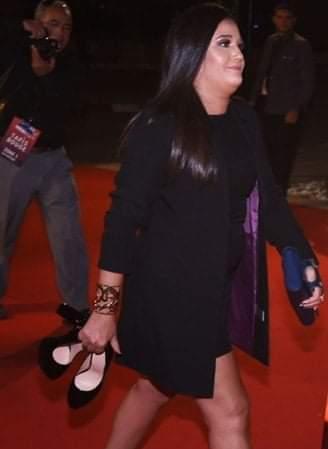 الممثلة التونسية مريم بن شعبان حافية القدمين في افتتاح أيام قرطاج السينمائية