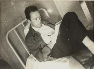 Camus escrevendo seu diário, na Santa Casa de Iguape.
