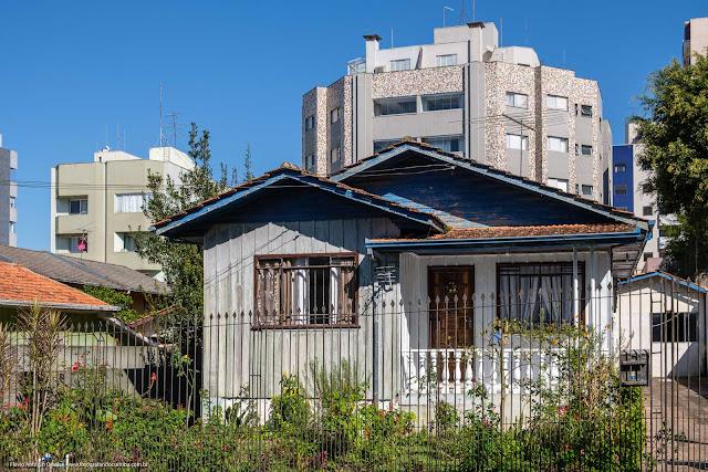 Casa de madeira na Rua Odilon de Santa Rita Borba