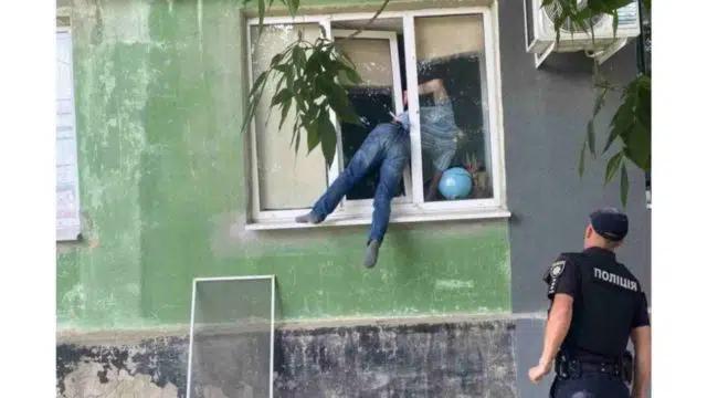 Homem bêbado quase morreu sufocado ao ficar preso em janela de apartamento da ex-companheira na Ucrânia