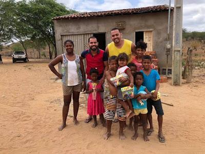 Luan Nunes distribui brinquedos no Dia das Crianças