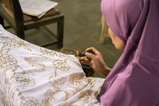 Đến vùng đất của nghệ thuật mà bỏ lỡ cơ hội tìm hiểu các làng nghề thủ công sẽ là điều nuối tiếc. Cư dân Yogyakarta nổi tiếng là những người thợ thủ công lành nghề, vì thế bạn sẽ dễ dàng tìm thấy các xưởng chế tác mỹ nghệ trong lòng thành phố. Ghé thăm những xưởng chế tác mỹ nghệ này, bạn hoàn toàn có thể tự mình vẽ lên vải những họa tiết bằng công cụ tjanting, thuộc nghệ thuật batik nổi tiếng.