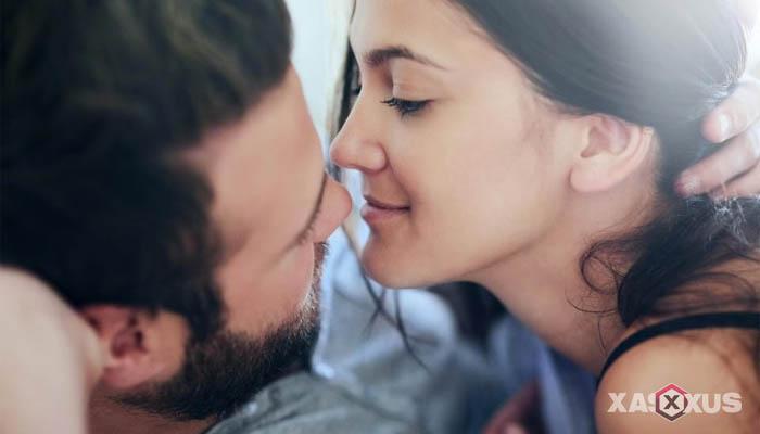 5 Kebiasaan Tangan, Mata, dan Tubuh Pria Saat Ciuman Dengan Pasangannya