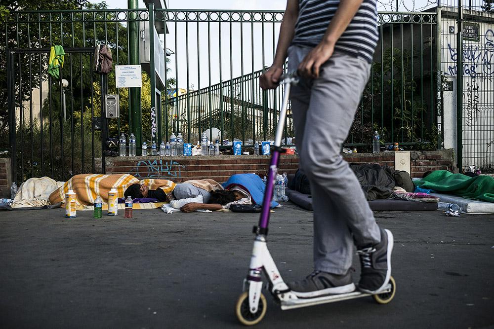Selon France Terre d'asile, qui effectue des maraudes, 1 200 personnes campent aujourd'hui dans des conditions indignes devant le centreengorgé. © Albert Facelly / Divergence