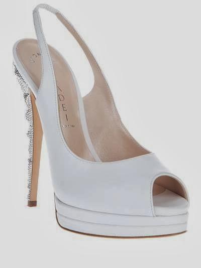 b5a6707336b78 Um sapato branco em um sonho demonstra momentos muito positivos na vida de  quem sonha. Pode indicar também que essa pessoa costuma pensar muito antes  de ...