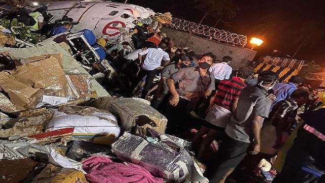 केरल: रनवे पर फिसलकर विमान के हुए दो टुकड़े, पायलट समेत 19 की मौत