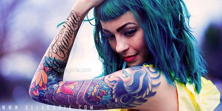 vemos a una preciosa mujer tatuada con Tatuaje de familia
