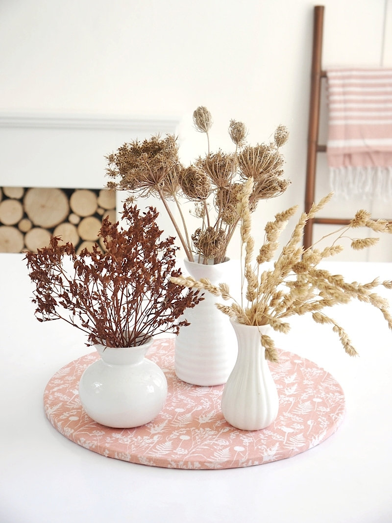 Scandinavian Inspired DIY Blush Tablescape and Decor for Fall - table setting and easy crafts and projects to dress a pretty autumnal table! by @BirdsParty BirdsParty.com #diy #scandinavian #tablescape #blushtable #tabletop #tablesetting #autumnaltable #falltablescape #falltable #skandinaviandecor #diydecor