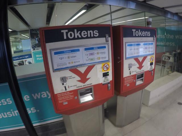 Máquina para compra de tokens para metrô, ônibus e streetcar em Toronto.
