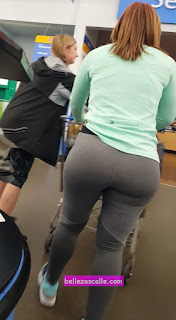Madura hermosa leggins entallados nalgona