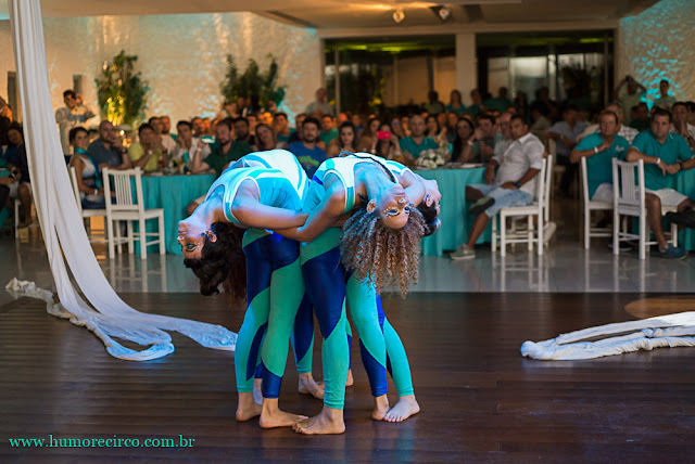 Show abertura com tecido acrobatico de Humor e Circo Produtora para eventos corporativos.