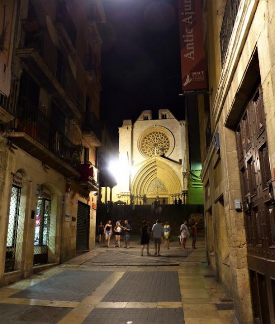 Tarragona, barrio medieval de noche catedral al fondo