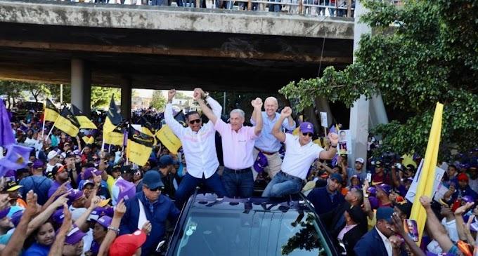 Candidato presidencial Gonzalo Castillo encabeza recorrido en Santiago en apoyo a candidatos municipales
