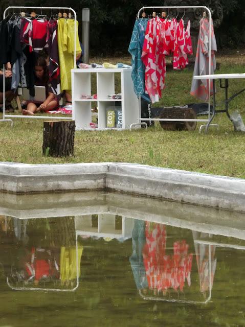 Exposição de roupas nos jardins da Casa das ARtes