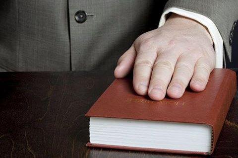 بحث ودراسة قانونية عن مفهوم وانواع اليمين في المحاكم