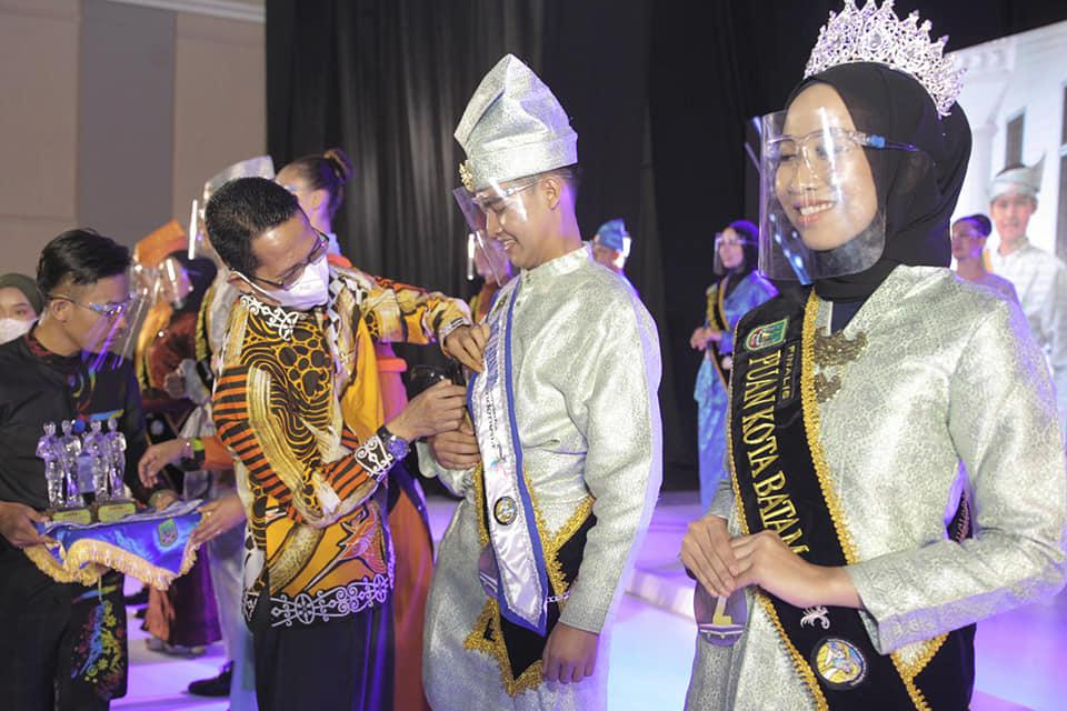 Encik Alfian dan Puan Luhung Dinobarkan Sebagai Duta Wisata Kota Batam 2021