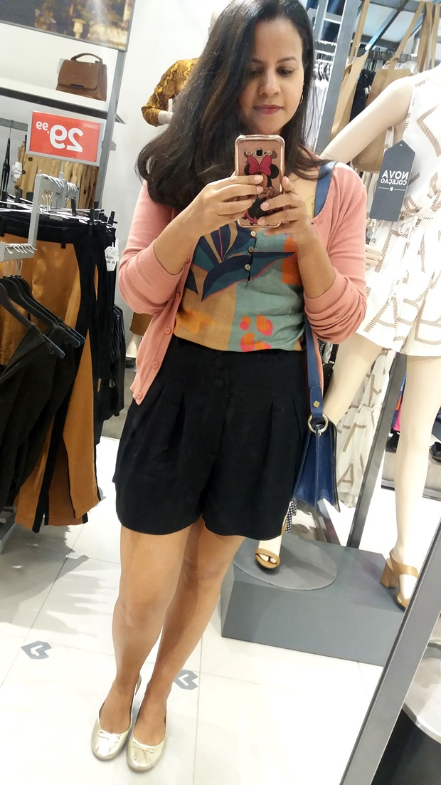 Look-do-dia-com-cardigan-blusa-estampada-short-preto