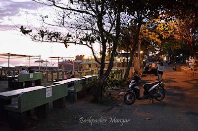 di pinggir Pantai Munggu terdapat cafe & pedagang
