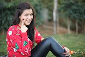 Mannara Chopra Sizzling Stills-thumbnail-2
