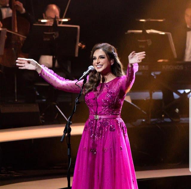 بالصور | أنغام بفستان فوشيا رقيق وجميل في حفلها في الكويت