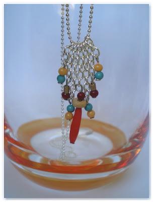 collier pendentif chaînettes argentée et perles assorties à mon haut