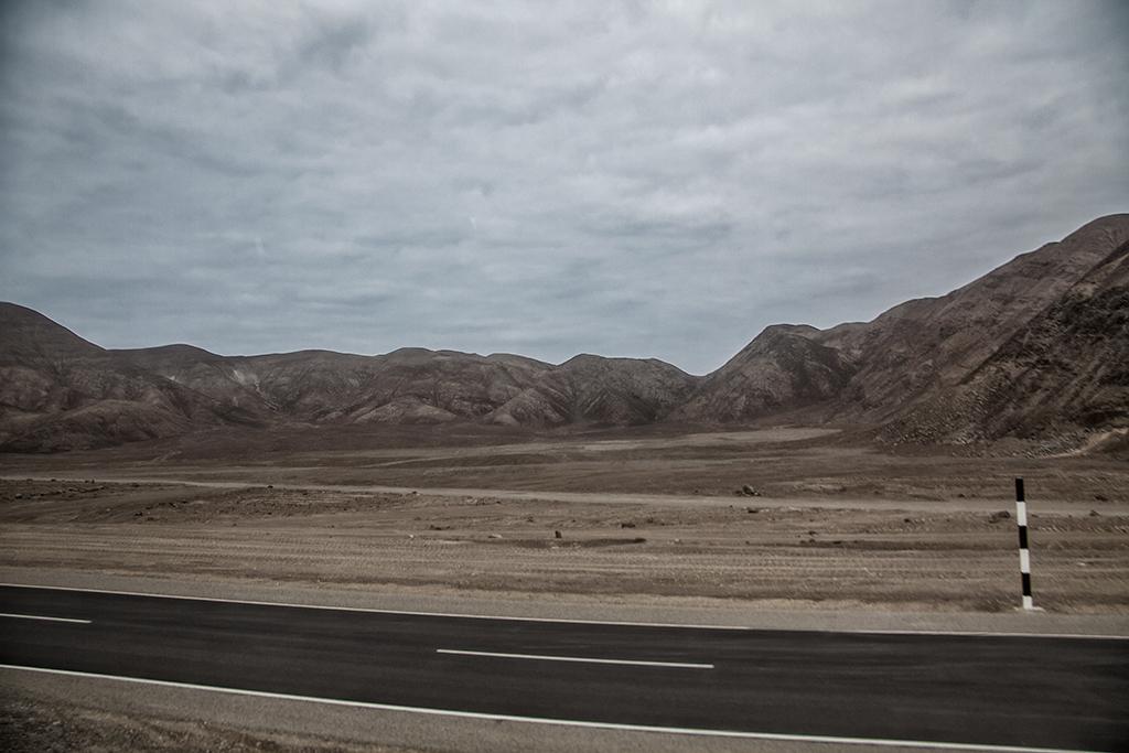 montañas y desierto peruano al lado de la carretera