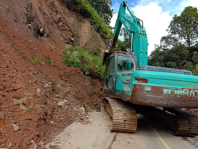 Arus Lalin Kembali  Lancar, Alat Berat Excavator Masih Beroperasi  Pasca Longsor Di Jalan Nasional Tarutung - Sibolga