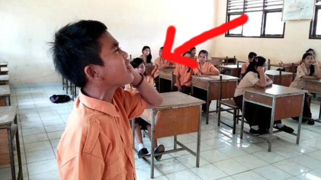 Merdunya Suara Adzan Anak SD Ini Bikin Kagum Guru & Teman-Temannya