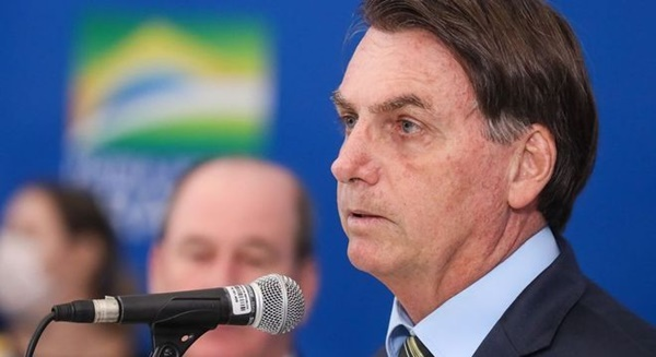 """Bolsonaro diverge de especialistas e diz que vírus está """"indo embora"""""""