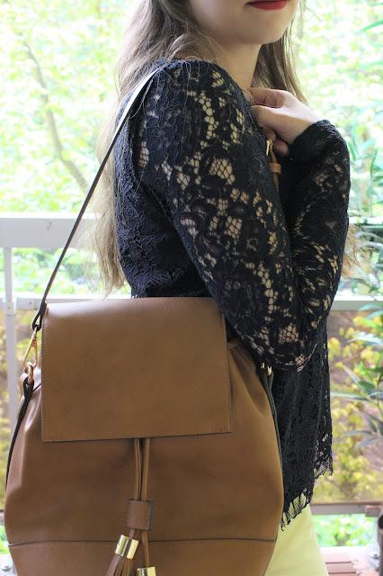 sac à dos moderne camel pompom