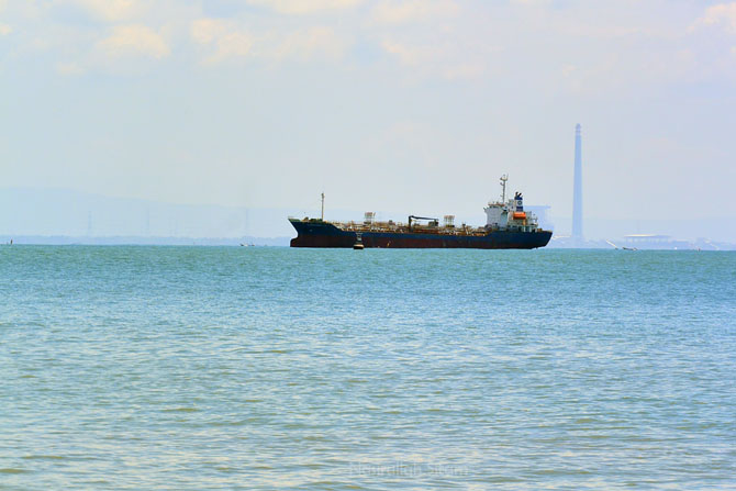 Kapal yang melintasi sekitaran Pulau Nusakambangan