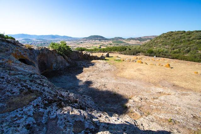 Necropoli di Montessu-Tomba a sepolcro e panorama