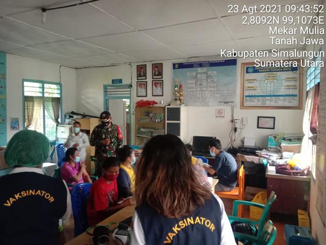 Dampingi Warga Pada Pelaksanaan Vaksinasi Dilakukan Personel jajaran Kodim 0207/Simalungun
