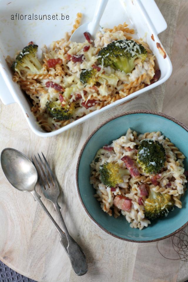Troost in een kommetje, deze pasta met broccoli, spek en bloemkoolbechamel is het lekkerste én gezondste comfort food - a floral sunset