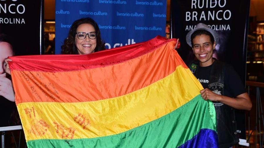 Ana Carolina posa com bandeira LGBT em noite de autógrafos do seu livro