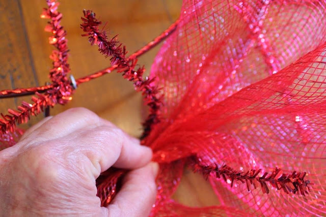how to put deco mesh on wreath